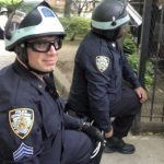 紐約市非裔女警 以示和平單膝下跪 其他警員紛效仿