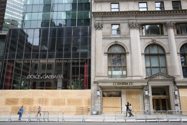 面對暴亂不斷升級,紐約全城商家忙封店自保。(記者洪群超/攝影)