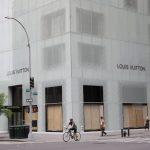 〈圖輯〉宵禁下暴亂反升級 紐約全城忙木板封店自保
