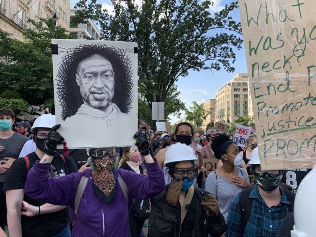 華府大批民眾2日在白宮附近持續示威。(記者張筠/攝影)