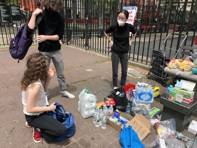 李詩詩(右一)的免費供應點迎來了前來捐贈物資的民眾。(記者張晨/攝影)