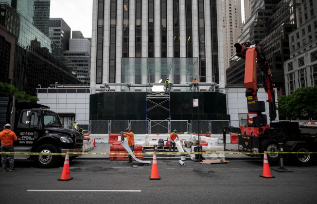全美各地近日連續傳出暴徒夾在抗議群眾當中趁火打劫商家的行徑。(Getty Images)