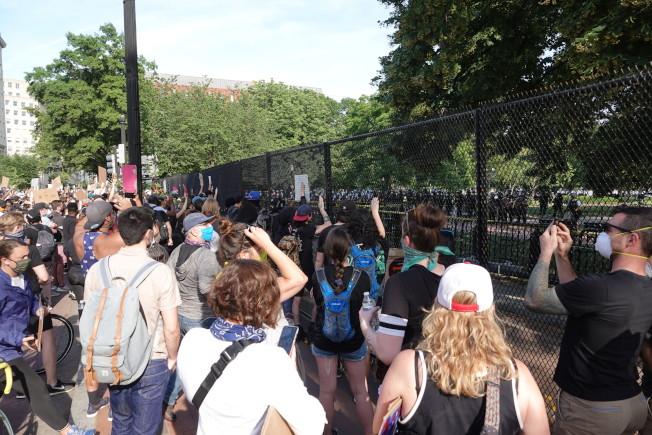 華府進入實施宵禁的第3日,抗議人潮不減反增。(記者張文馨/攝影)