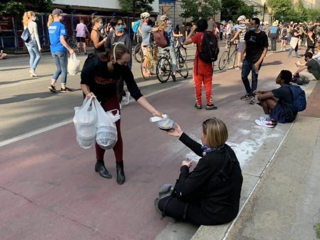 有社會公益組織免費發放食物給抗議民眾。(記者張筠/攝影)