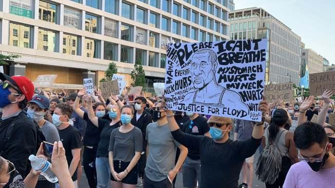 華府抗議民眾基本都戴著口罩或遮住面部,市府呼籲民眾不要忘記防疫。(記者張筠 / 攝影)
