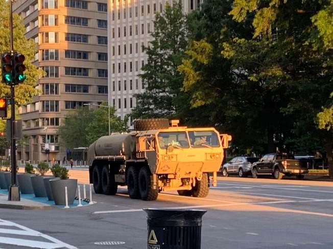 華府2日晚7時再度宵禁,軍車封閉路段防止抗議群眾接近白宮。(記者張筠 / 攝影)