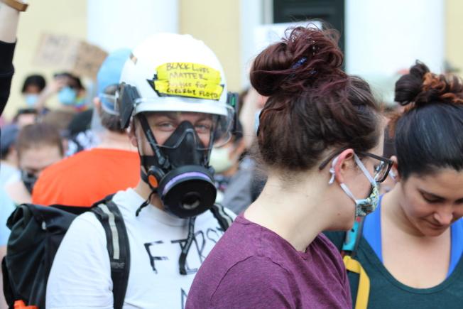 有民眾戴著「防毒面罩」參加抗議,預防聯邦警力再釋放催淚瓦斯。(記者張筠 / 攝影)
