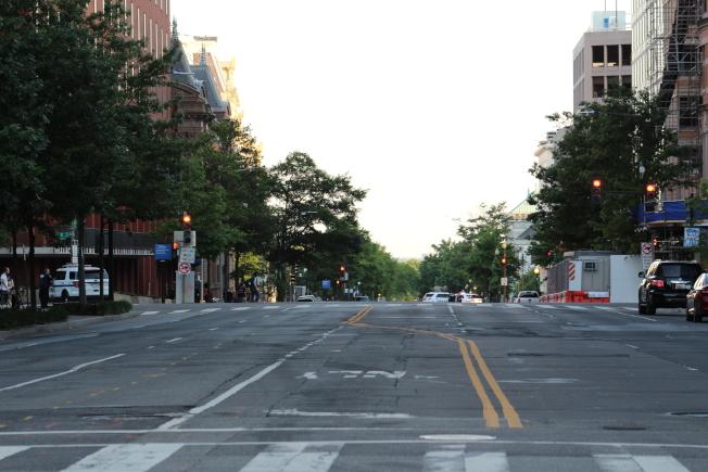 華府2日晚7時再度開始宵禁,直到3日早上6時,2日晚近8時除白宮附近的抗議區域,華府其他街道空無一人。(記者張筠 / 攝影)