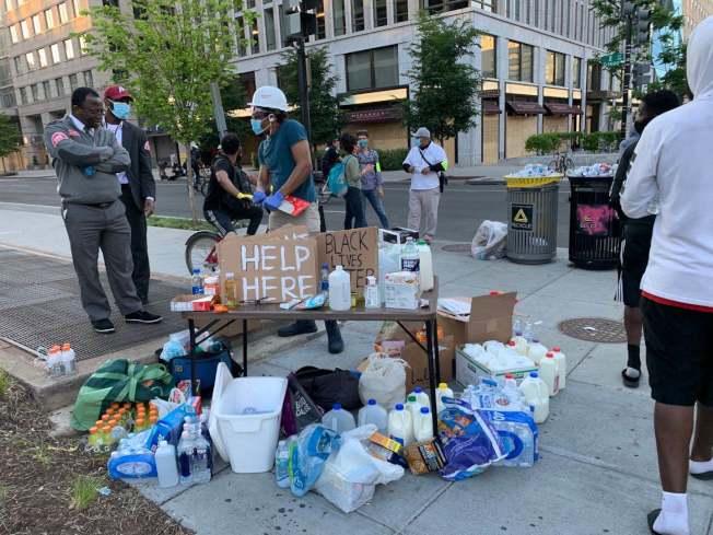 抗議民眾自發分享礦泉水、食物、牛奶、口罩等補充能量和保護人身安全的物資。(記者張筠 / 攝影)
