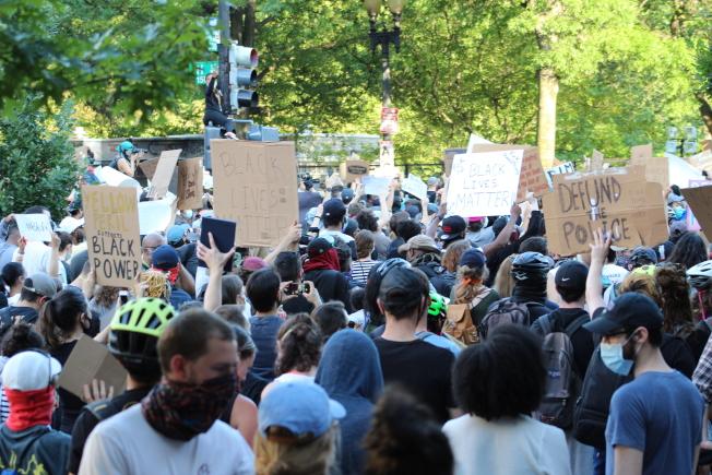 2日晚6時許,許多華府民眾帶著自製標語到白宮附近的拉法葉公園(Lafayette Park)示威。(記者張筠 / 攝影)