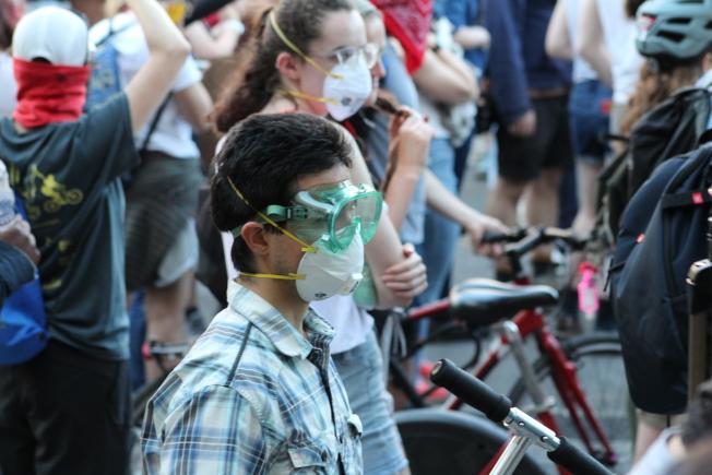 示威民眾戴著護目鏡和口罩,一邊抗疫一邊抗議。(記者張筠 / 攝影)