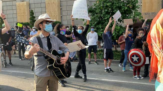 民眾抗議的方式多樣,有人彈奏吉他帶領大家喊口號。(記者張筠 / 攝影)