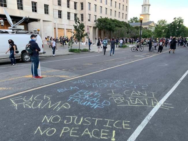 民眾在白宮前的馬路上寫「我不能呼吸」等抗議標語,反對種族歧視和暴力執法。(記者張筠 / 攝影)