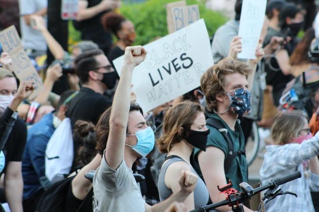 民眾大喊「黑人的命也是命」。(記者張筠 / 攝影)