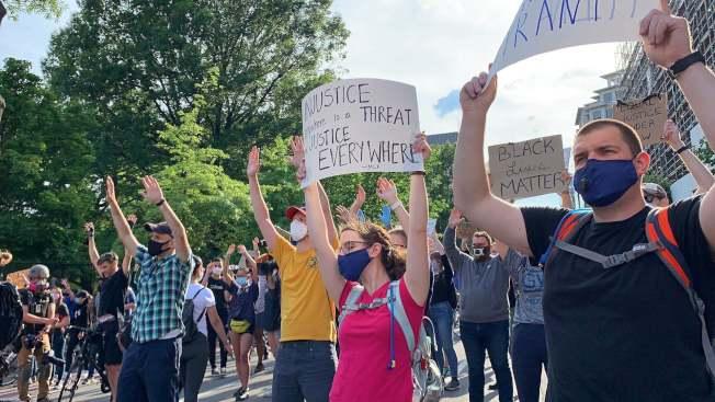 大批民眾2日晚聚集在白宮附近持續示威,且不顧市長下達的宵禁令。(記者張筠 / 攝影)