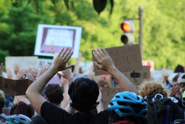 抗議民眾舉起雙手,表示和平示威。(記者張筠 / 攝影)