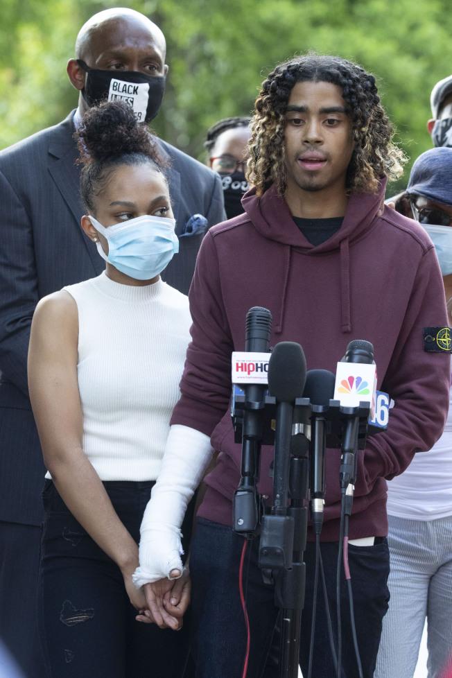 遭到美國警察不當暴力對待的兩名大學生楊恩(右)和皮爾格林(左)。美聯社