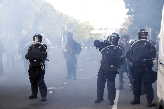 傳染病學專家指出,警方以催淚瓦斯、胡椒噴霧驅離群眾,恐將導致病毒擴散。(美聯社)