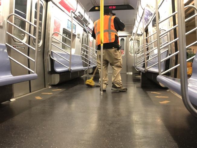 MTA將於8日紐約市第一階段復工當日,恢復地鐵、巴士常規服務,並將持續在晚間關閉地鐵以進行消毒。(記者顏嘉瑩/攝影)