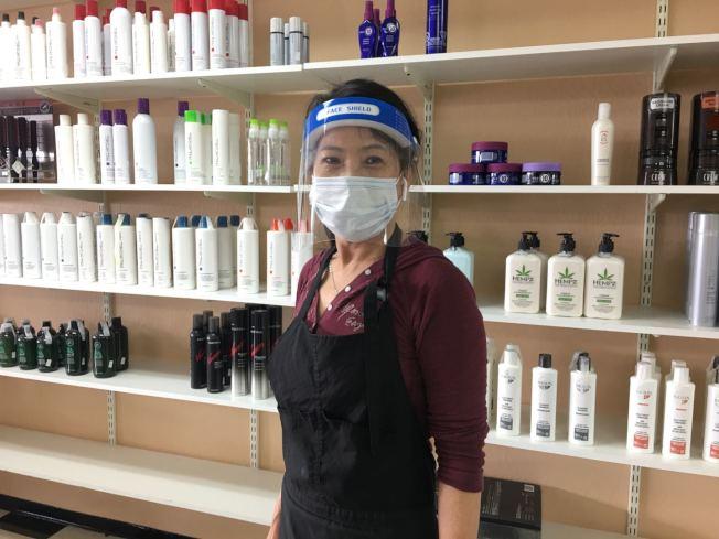 在沙加緬度經營髮廊超過20年的陳貴英,戴著面罩和口罩「雙重」防護。(記者李晗 / 攝影)