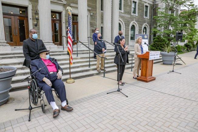 反警示威現長島,庫倫(說話者)2日感謝眾人以和平進行,強調她將重新考量郡警配戴隨身攝像機的可行性。(庫倫辦公室提供)