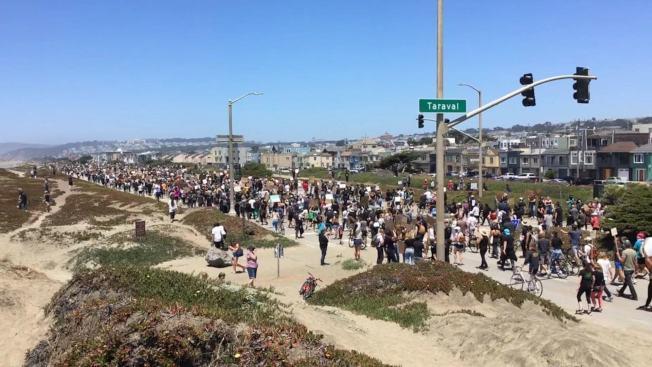 遊行隊伍在沿海公路上浩浩蕩蕩前行。(記者李晗 / 攝影)