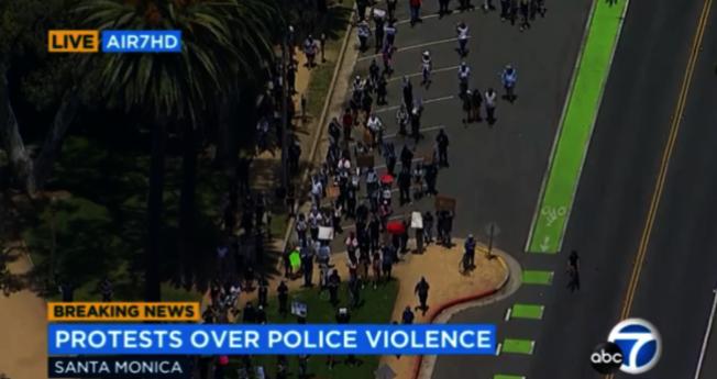 洛杉磯縣公共衛生局呼籲抗議者切記配戴口罩。(截圖自abc7)