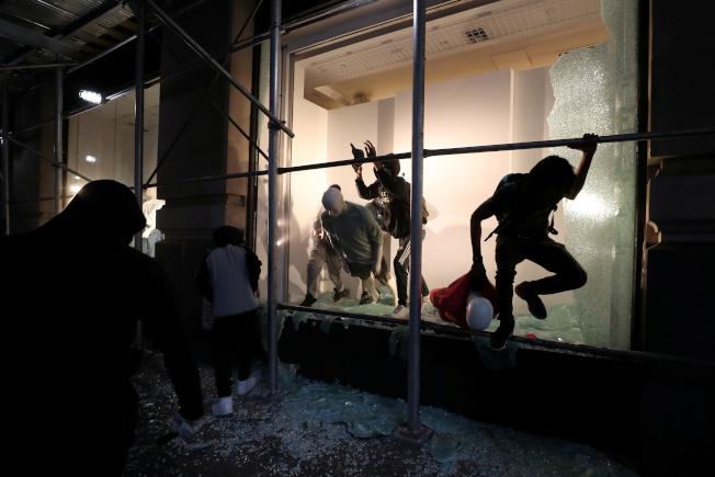 在紐約的部分示威活動變調成為商店打劫。路透