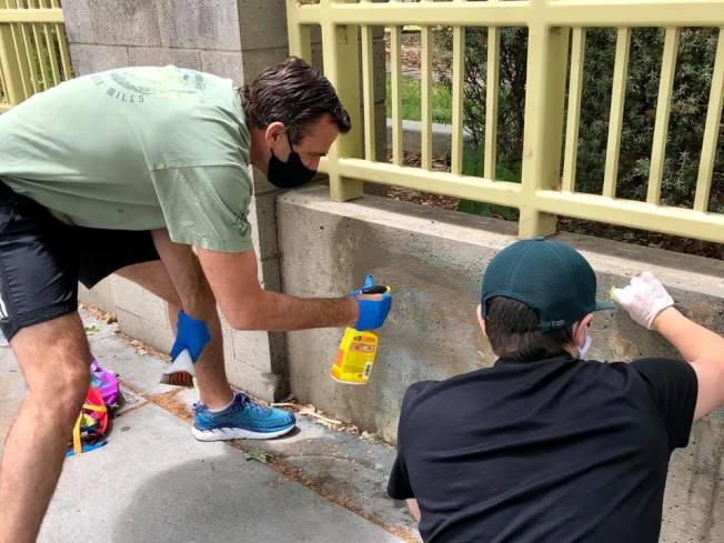 聖荷西市長李卡多(Sam Liccardo)2日率眾清理聖荷西市中心,並表示藉由清掃喚起市民和平抗議的精神。(聖荷西市府提供)