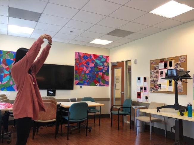 疫情期間,安樂居活動組通過遠程視頻教導長者會員進行身體鍛鍊。(圖片由安樂居提供)