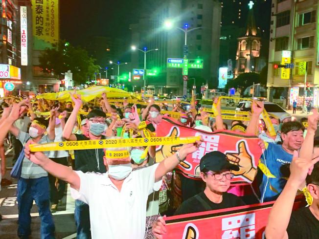 罷韓團體日前在愛河舉辦「夜光超級黃絲帶遊行」,不只群聚也有許多人未戴口罩。(記者徐如宜/攝影)