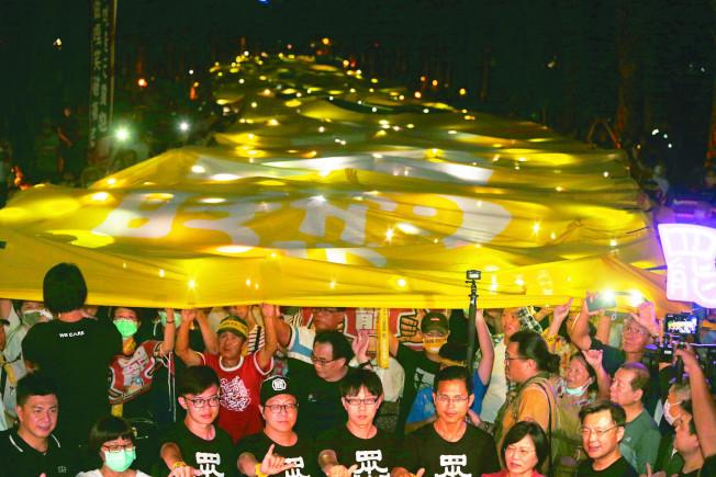 罷韓遊行日前舉起超級黃絲帶表達罷韓決心,但不只群聚也有許多人未戴口罩。(記者劉學聖/攝影)