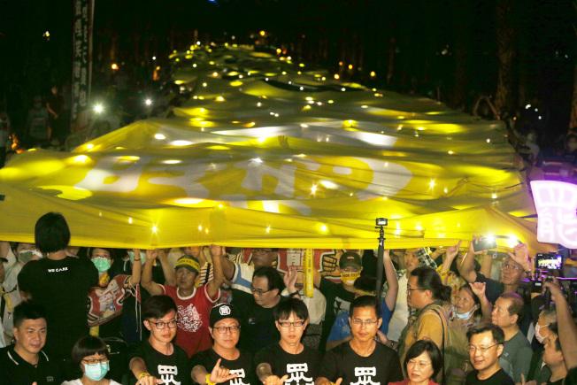 罷韓遊行2日晚舉起超級黃絲帶,表達堅定罷韓決心。(記者劉學聖/攝影)