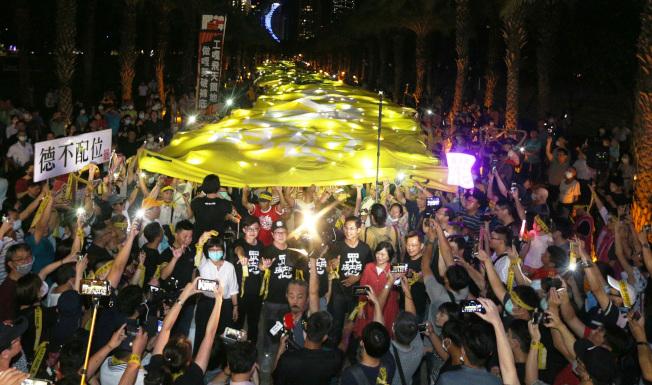 罷韓團體2日在高雄捷運凹子底站外號召支持者舉起超級黃絲帶,現場呼起口號,表達堅定罷韓決心。(記者劉學聖/攝影)