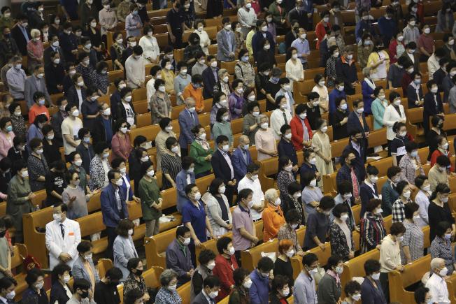 南韓相繼爆發梨泰院夜店、電商物流中心與教會的群聚感染事件,連兩天新增超過30例確診。圖為首爾一教會舉辦的禱告活動。(美聯社)