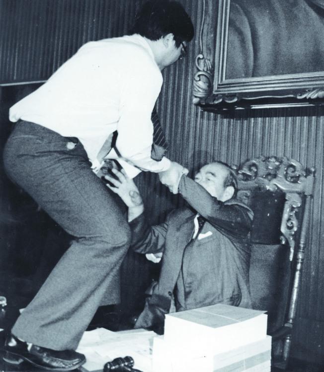 1988年4月7日,立法院就中央總預算進行表決時,時任民進黨籍立法委員朱高正(左)跳上主席台,拉扯78歲的代理主席劉闊才(右),並與拉他下台的國民黨立委趙少康互毆。(本報資料照片)