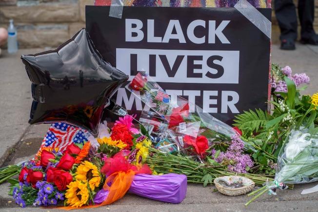 明州明尼納波利斯市居民為警察暴力遇害的非裔佛洛伊德,設立的臨時靈堂追悼。(Getty Images)