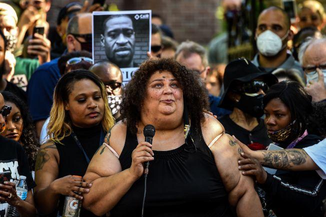 遭明州警察暴力殺害的非裔佛洛伊德之姪女Angel Buechner 與支持者,1日在明州州長沃茲官邸外示威請命,要求徹查命案。(Getty Images)