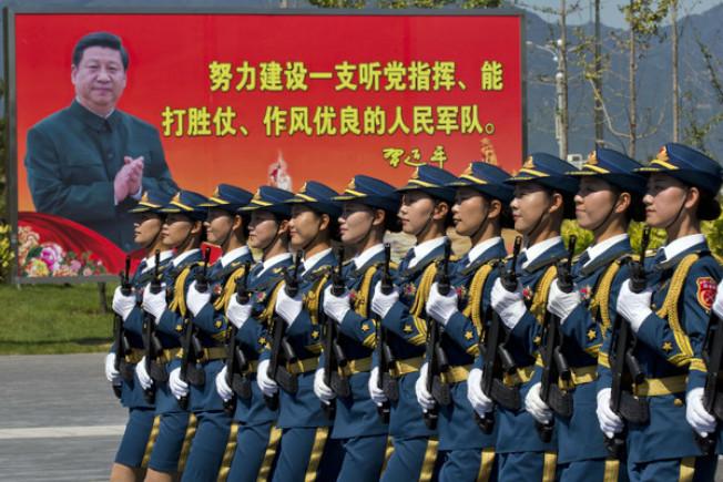 英媒爆解放軍欲基因改造變刀槍不入,中國官媒「大笑三聲」回應。(路透資料照片)