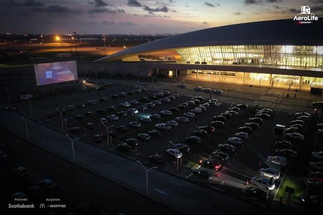 疫情造成全球娛樂表演活動停擺,烏拉圭將機場航站停車場成功變身汽車電影院。(取材自推特)