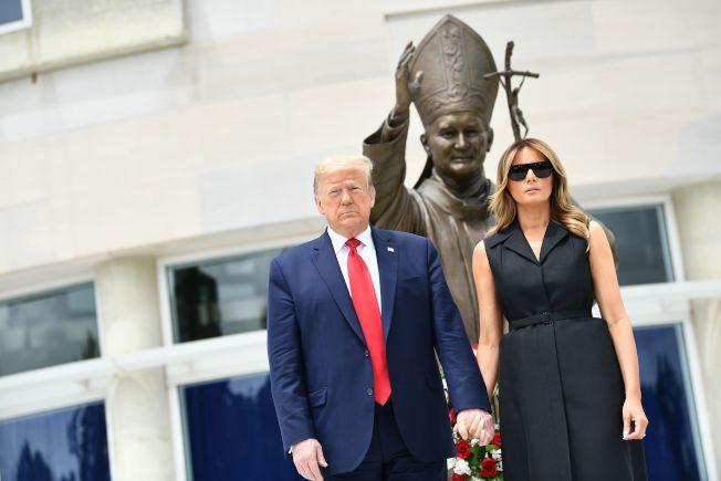 川普總統與第一夫人梅蘭妮亞2日到華府天主教聖地獻花。(美聯社)