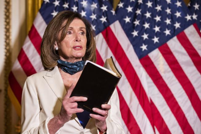眾院議長波洛西2日引用聖經,呼籲川普總統要做「心靈療傷總統」,不要玩弄宗教。(美聯社)