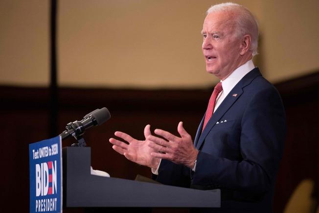民主黨準總統候選人白登1日在費城強力批評川普總統探視教會之舉。(美聯社)