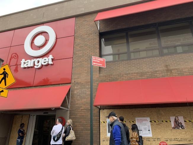 森林小丘多間商家2日釘上木板,防止日後示威遊行暴徒入社區。(記者賴蕙榆/攝影)