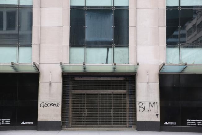 曼哈頓第五大道上的大樓被示威者塗鴉。(記者洪群超/攝影)