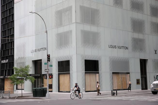 面對暴亂不斷升級,第五大道上的精品店已全部用木板將店面封死。(記者洪群超/攝影)