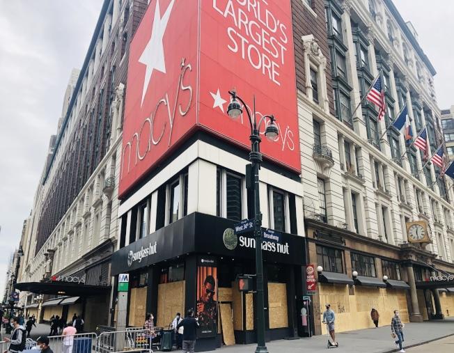 位於先鋒廣場的梅西百貨總店在宵禁第一夜遭暴徒洗劫。(記者洪群超/攝影)