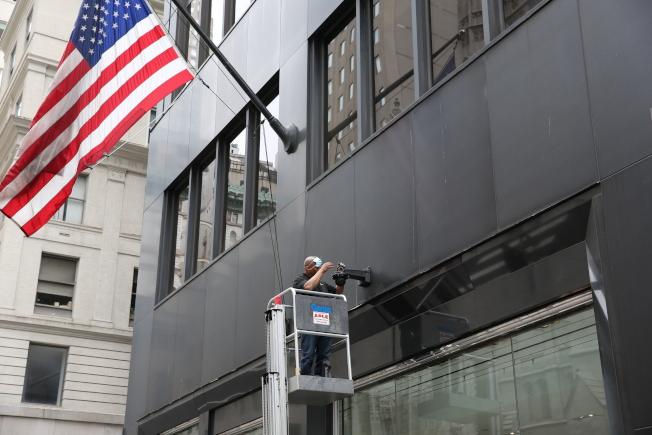 面對暴亂不斷升級,紐約全城商家忙封店自保,一些高端精品店還臨時加裝監控攝像頭。(記者洪群超/攝影)