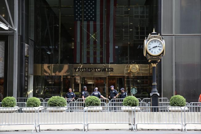 位於曼哈頓第五大道上的川普大廈重兵把守。(記者洪群超/攝影)