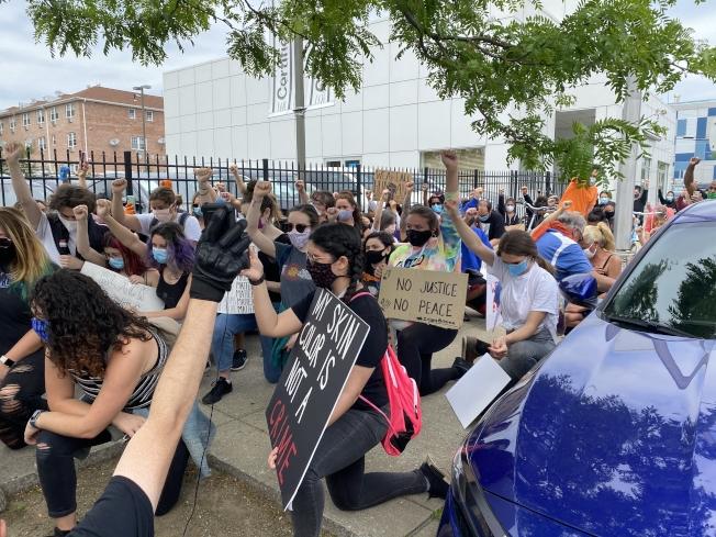 貝賽2日遊行隊伍行至111分局門前時,示威者單膝跪地,靜默抗議。(記者牟蘭/攝影)